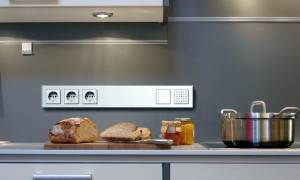 Как ставить розетку на фартук кухни?