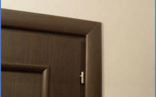 Как ставится наличник на межкомнатную дверь?