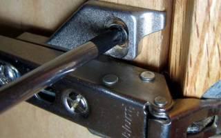 Как регулировать шарниры на двери?