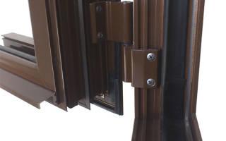 Как поменять нижнюю петлю на пластиковой двери?