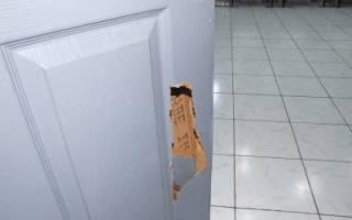 Чем заделать дырку в пластиковой двери?