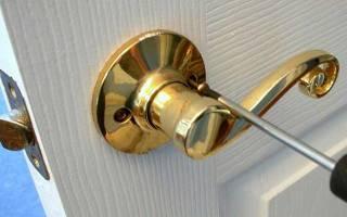 Как вырезать ручку в межкомнатной двери?