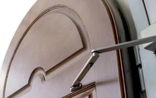 Как отрегулировать натяжение доводчика двери?