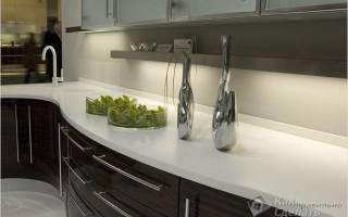 Как закрепить плинтус на столешнице кухни?