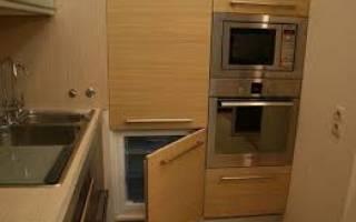 Можно ли обычный холодильник встроить в шкаф?