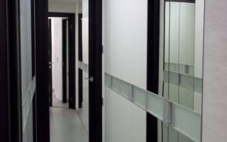 Как приклеить зеркало на входную дверь?