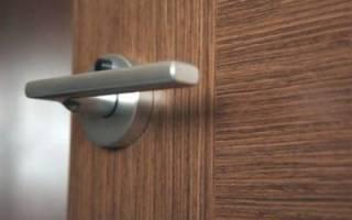 Как закрутить ручку на входной двери?